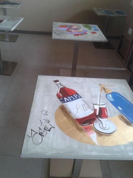 Foto di tavolini dipinti a mano presso la Gelateria Pasticceria Nazionale a Ponteranica, Bergamo