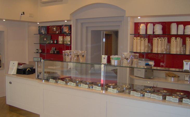 Foto scattata al banco gelati presso la Gelateria Pecora nera a Brescia