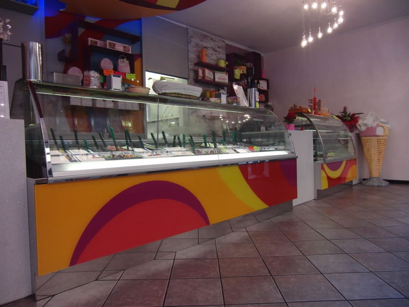 Foto del nuovo banco gelati interamente rinnovato presso la Gelateria Lollipop a Pontoglio, Brescia