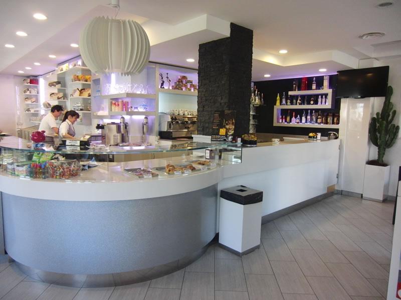 Foto dell'angolo bar con vista sul retrobanco interamente rinnovato presso la Pasticceria Panificio Caffetteria La Meta a Lazzate, Monza Brianza