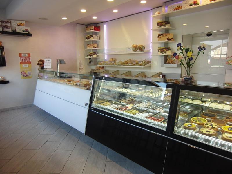 Particolare sul banco pasticceria interamente rinnovato presso la Pasticceria Panificio Caffetteria La Meta a Lazzate, Monza Brianza