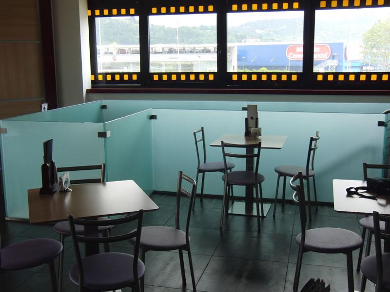 Foto della saletta interna con tavolini e sedie presso la Gelateria Creperia Vice e Versa a Curno