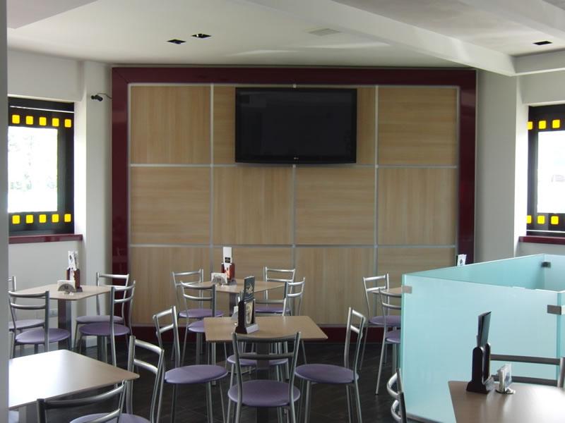 Foto della parete con pannello e televisore presso la Gelateria Creperia Vice e Versa a Curno
