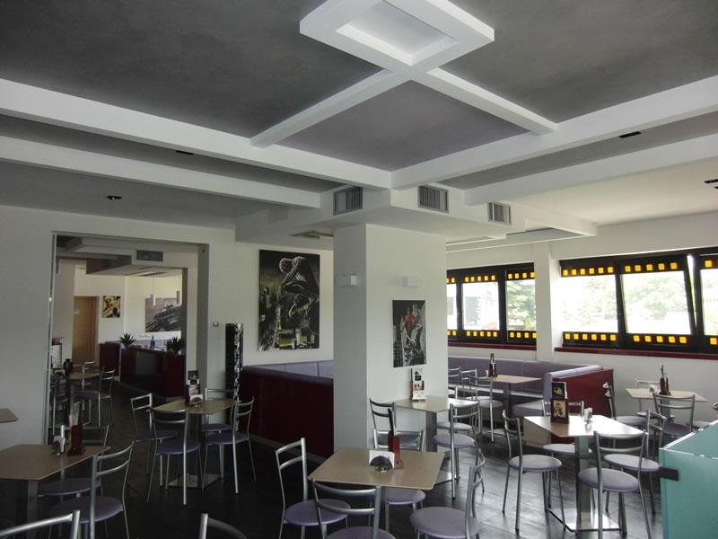 Sala interna con sedie e tavolini presso la Gelateria Creperia Vice e Versa a Curno