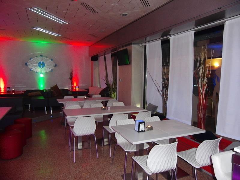 Foto saletta interna del Bar Tabacchi Tavola Calda MJM a Milano con sedie e tavolini bianchi