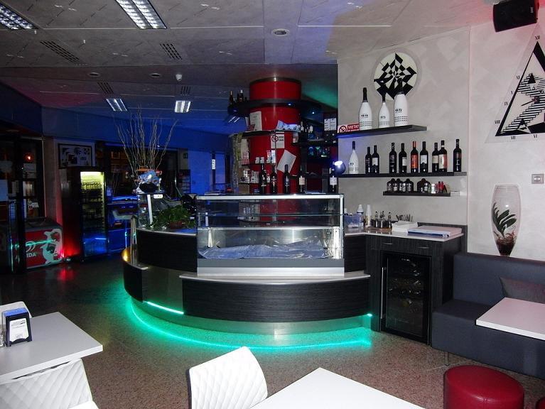 Foto banco bar con illuminazione a led verde scattata presso il Bar Tabacchi Tavola Calda MJM a Milano
