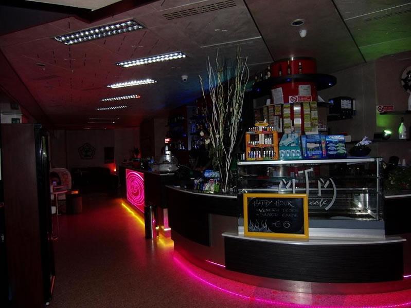 Foto interni del Bar Tabacchi Tavola Calda MJM a Milano, con illuminazione serale a led