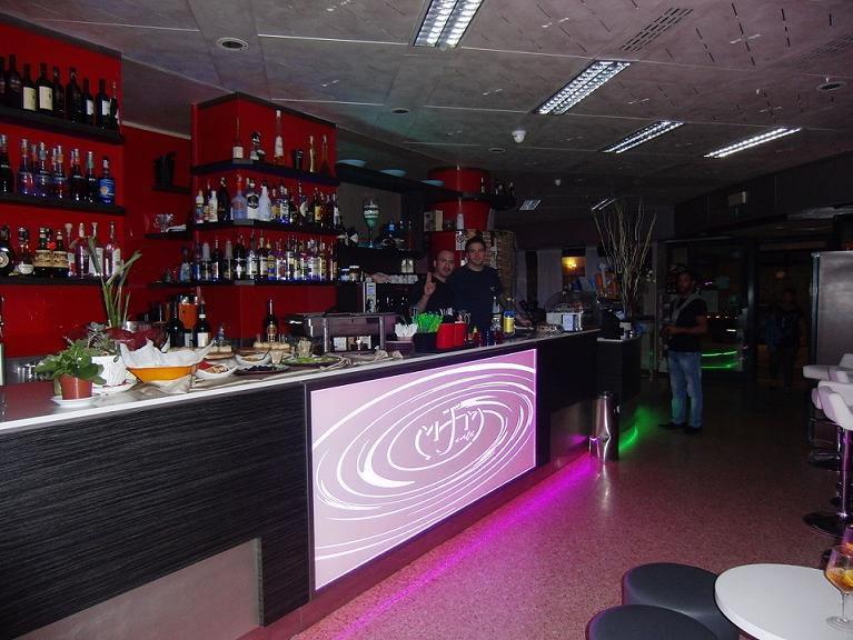 Angolo bar interamente rinnovato presso il Bar Tabacchi Tavola Calda MJM a Milano