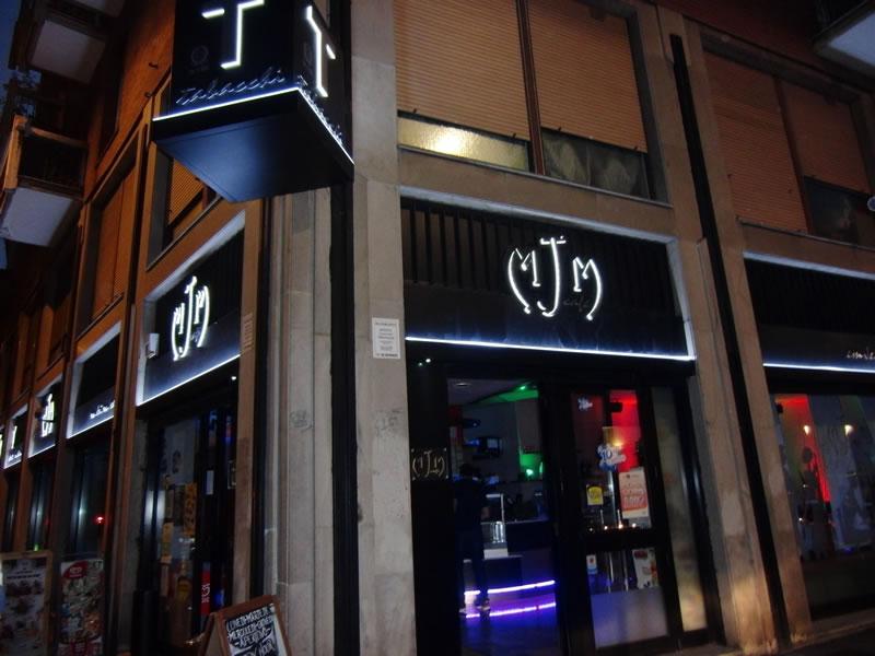 Foto scattata all'esterno del Bar Tabacchi Tavola Calda MJM a Milano con vista sulle insegne