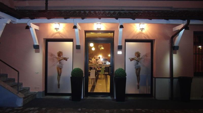 Foto dell'ingresso esterno del Ristorante Pizzeria Fata Morgana a Trescore Balneario, Bergamo, con particolare sulle due fate
