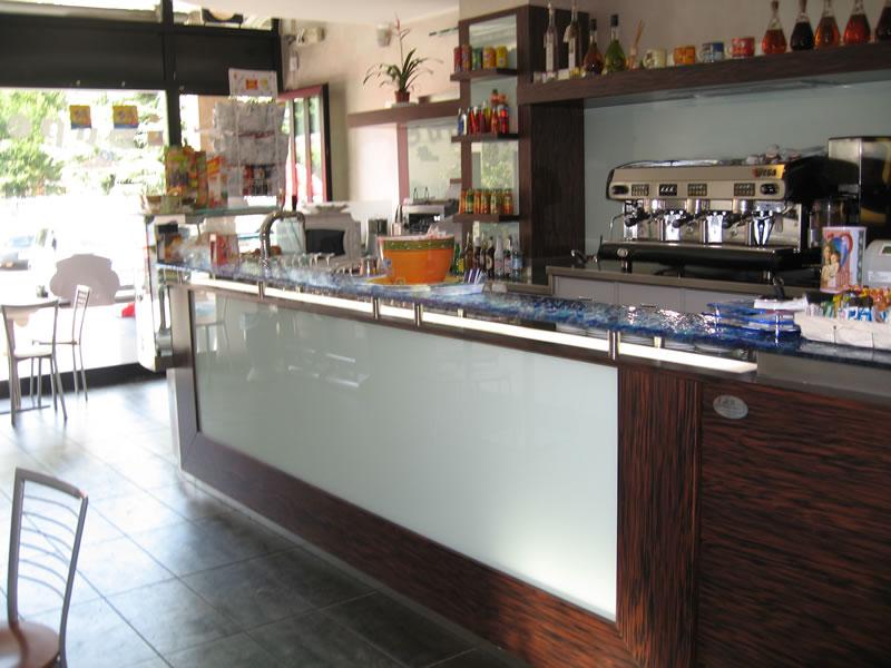 Banco bar in legno foto scattata al Bar Tabaccheria Luisa a Villasanta, Milano