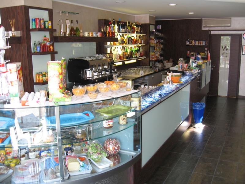 Vista dell'arredo interno presso il Bar Tabaccheria Luisa a Villasanta, Milano