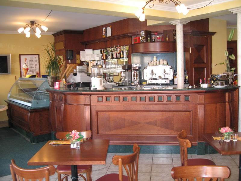 Foto del banco bar con vista sul retrobanco, scattata presso la Gelateria dal Farra situata a Lichtestern, Svizzera