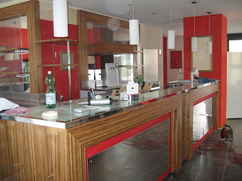 Fase di ristrutturazione del bancone del bar e retrobanco presso il Bar Cinema a Locarno, Svizzera