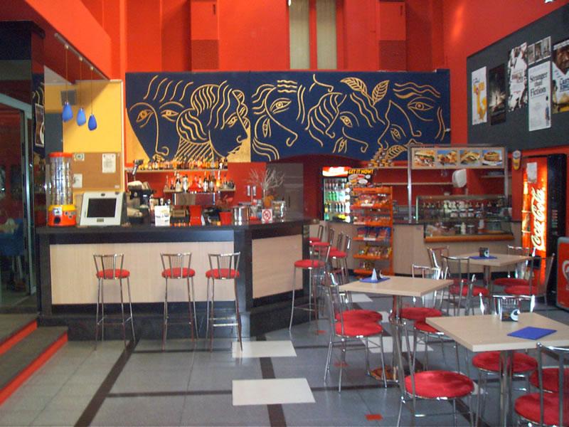 Foto dell'arredo interno del Bar Cinema a Locarno, Svizzera con visuale sulla gigantografia alla parete