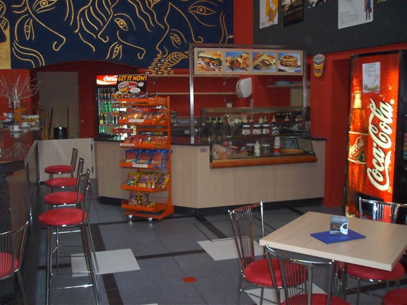 Angolo bar con distributore bevande e distributore caramelle nel Bar Cinema a Locarno, Svizzera