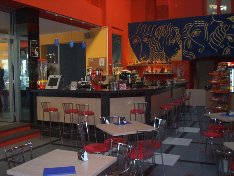 Foto di parte dell'arredo interno del Bar Cinema a Locarno, Svizzera