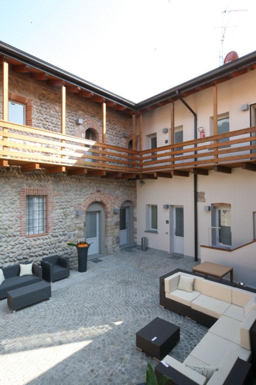 Esterni con divanetti e sedie presso Hotel San Rocco a Bergamo