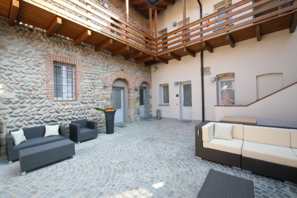 Foto della corte esterna scattata presso l'Hotel San Rocco Bergamo