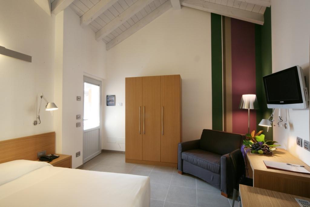 Foto con arredo rinnovato presso una camera dell'Hotel San Rocco a Bergamo