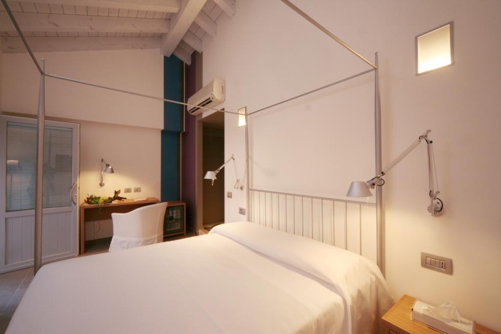 Foto scattata ad un letto in una camera dell'Hotel San Rocco a Bergamo
