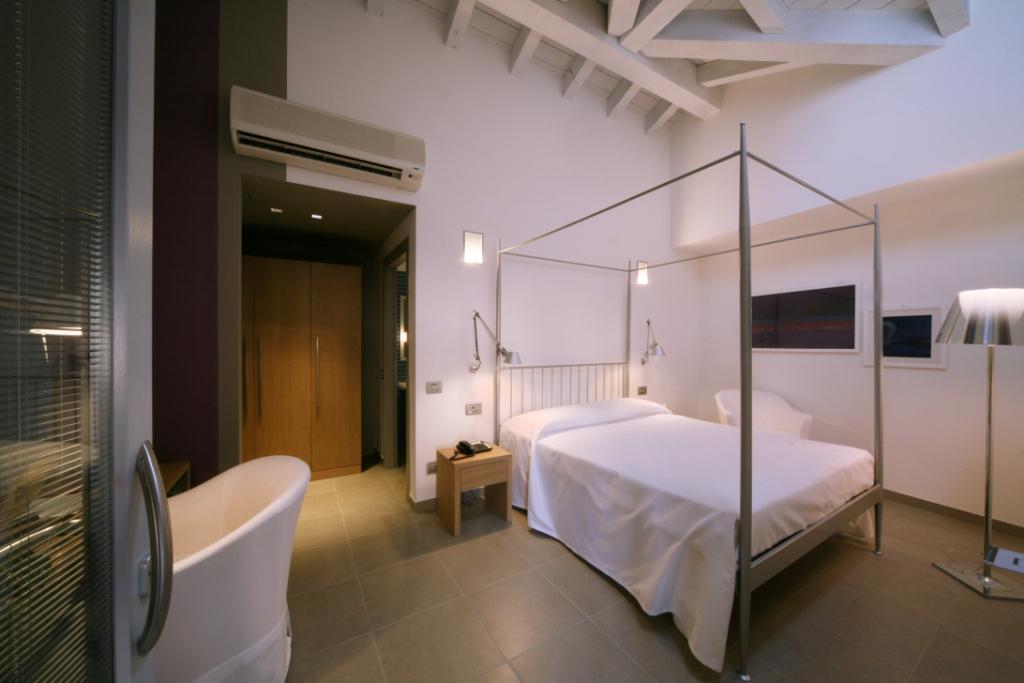 Camera da letto con nuovi arredi presso l'Hotel San Rocco a Bergamo