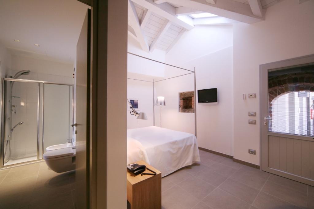 Camera da letto e bagno in una stanza dell'Hotel San Rocco a Bergamo
