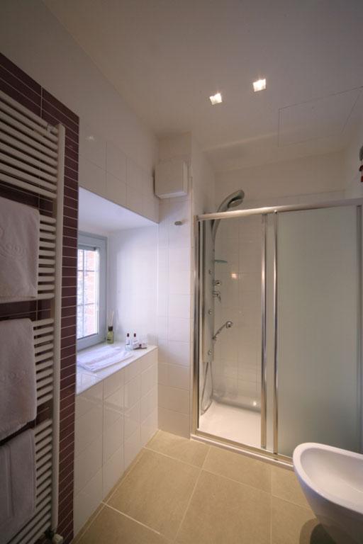 Bagno con doccia e scaldasalviette presso l'Hotel San Rocco a Bergamo