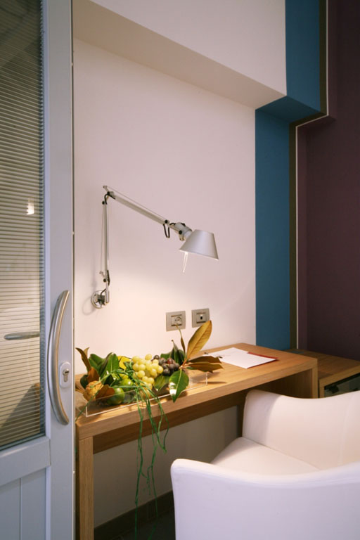 Foto di un tavolo all'interno di una camera dell'Hotel San Rocco a Bergamo