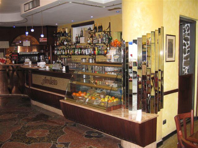 Foto dell'angolo caffetteria con vista sul retrobanco presso il Bar Pasticceria Amleto a Pegli, Genova