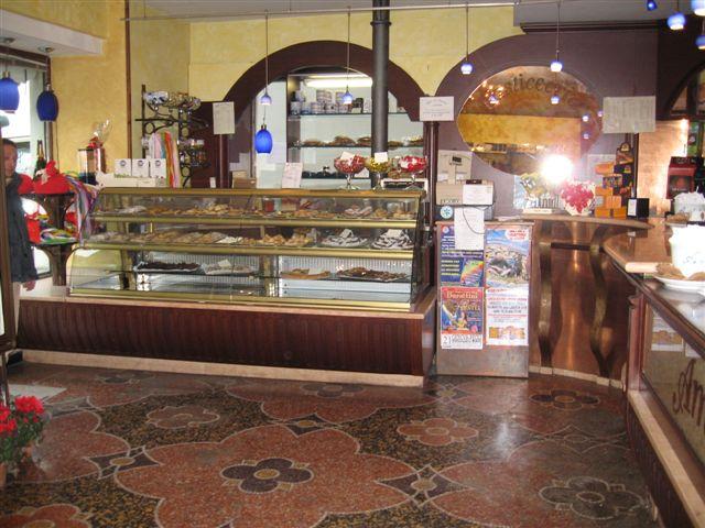 Foto del banco pasticceria scattata presso il Bar Pasticceria Amleto a Pegli, Genova