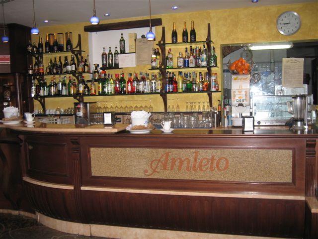 Foto del banco bar e retrobanco, con particolare sul logo, scattata presso il Bar Pasticceria Amleto a Pegli, Genova