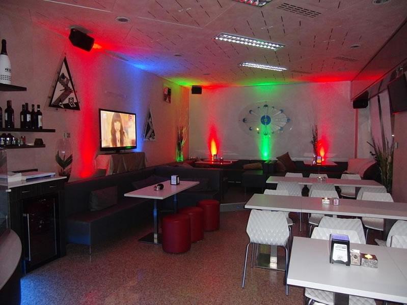Particolare della saletta interna del Bar Tabacchi Tavola Calda MJM a Milano con vista sul televisore