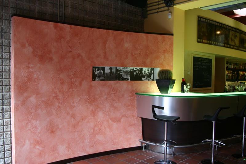 Foto della parete di color rosa a ridosso del banco bar del Ristorante Cinecittà, presso Monza, Milano