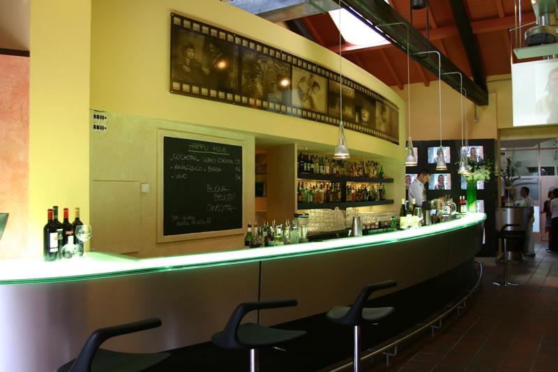 Foto del banco bar illuminato con luce a led al Ristorante Cinecittà, presso Monza, Milano