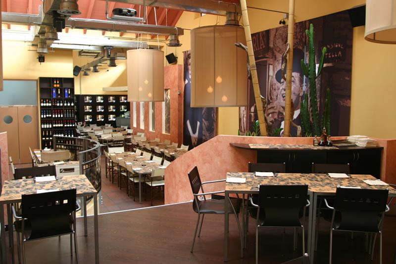 Foto con vista su tavolini, sedie e lampade per il Ristorante Cinecittà, presso Monza, Milano