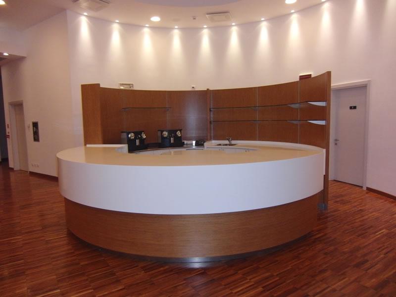 Reception di forma rotonda interamente rinnovata presso il Devero Hotel a Cavenago di Brianza, Milano
