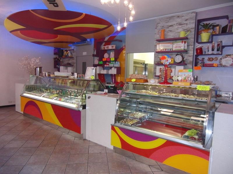 Foto banco gelati e pasticceria, scattata alla Gelateria Lollipop a Pontoglio, Brescia