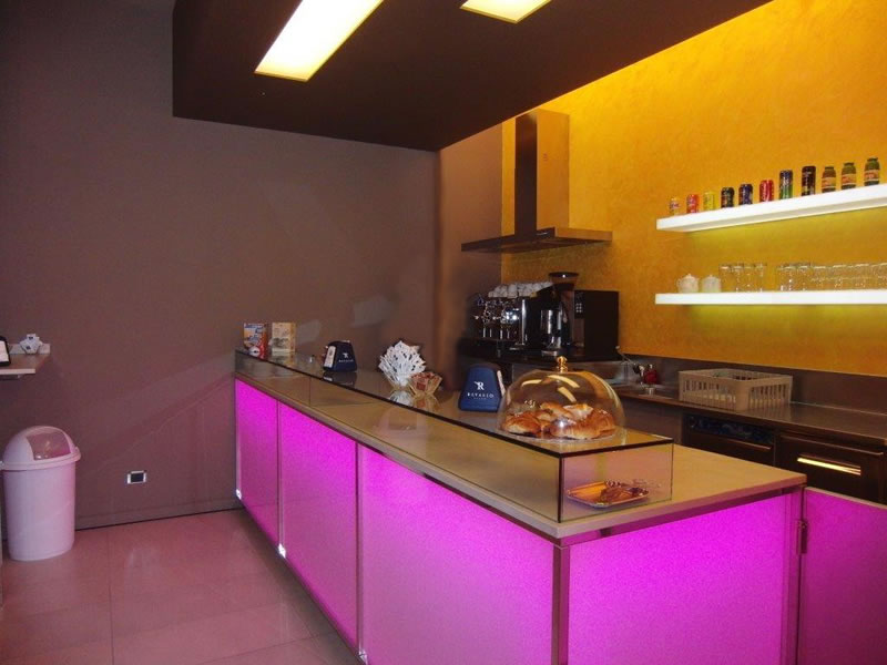Banco con illuminazione a led viola presente presso la Gelateria Pasticceria Nazionale a Ponteranica, Bergamo