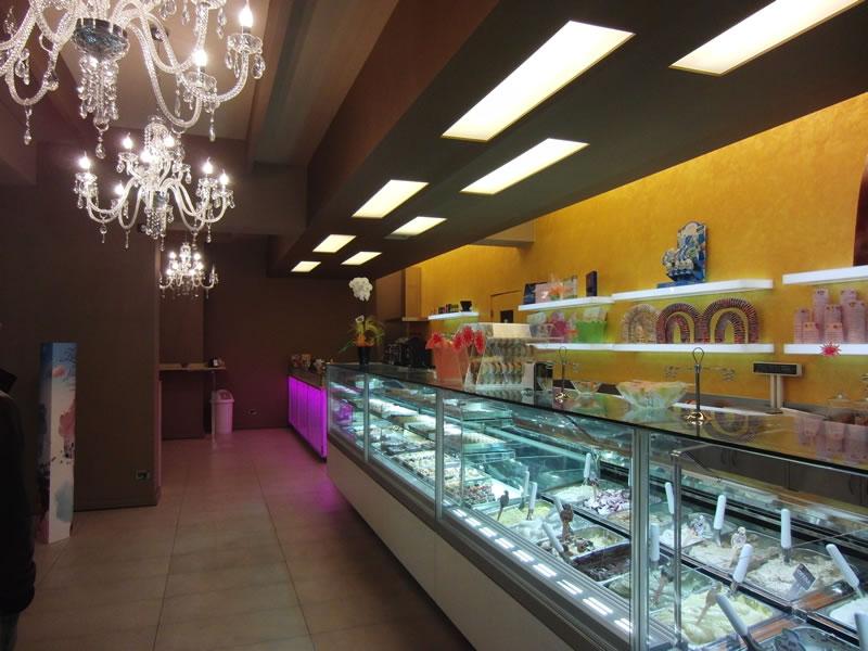 Banco gelati e illuminazione con lampadari presso la Gelateria Pasticceria Nazionale a Ponteranica, Bergamo