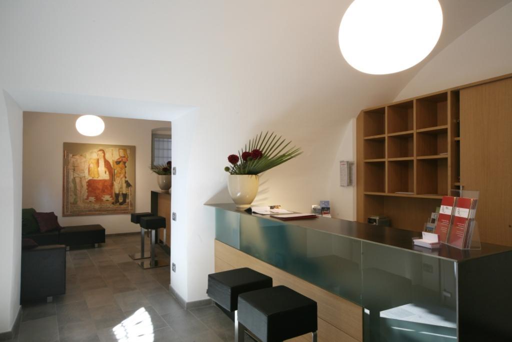 Banco della reception dell'Hotel San Rocco a Bergamo con elementi di arredo rinnovato