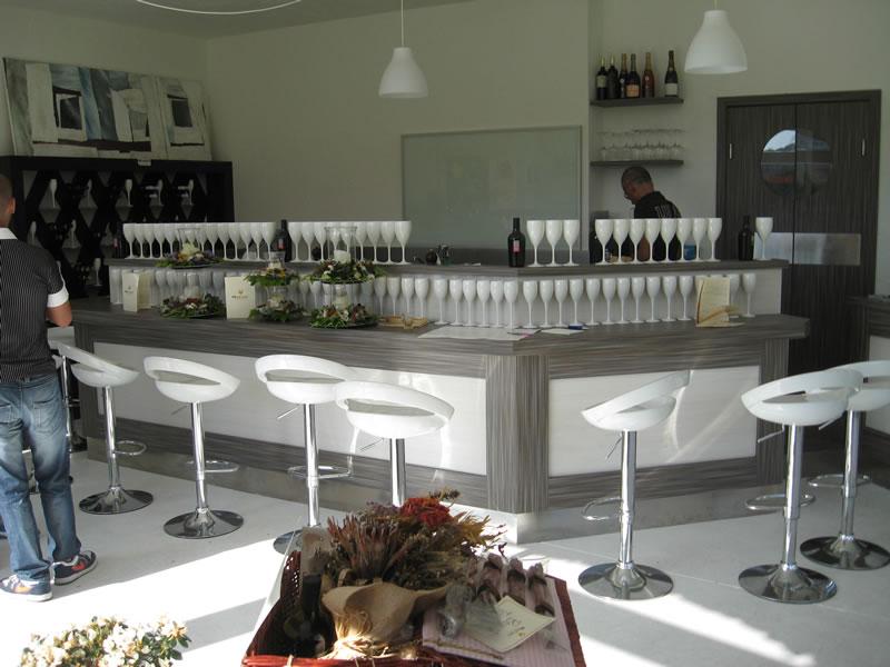 Vista del banco bar con sedie al locale Moz'art a Porto Cervo