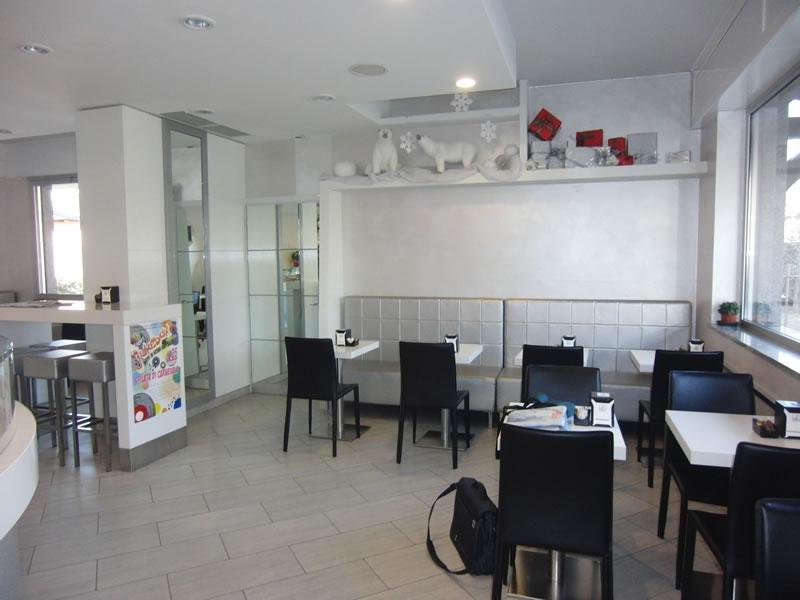 Foto interni, con particolare su tavolini e sedie della Pasticceria Panificio Caffetteria La Meta a Lazzate, Monza Brianza