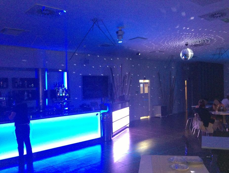Bancone illuminato con luce a led con stanza al buio al Crazy Cafè Restaurant a Bernareggio (Monza Brianza)