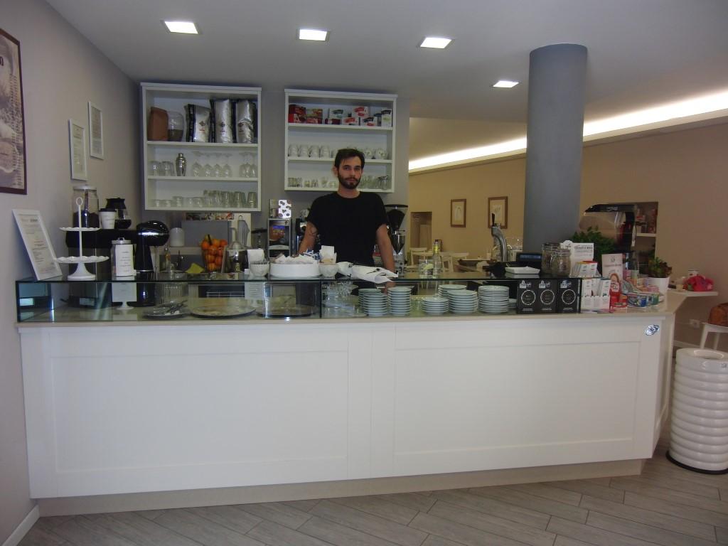 """Foto del banco all'ingresso del Bar Tavola Fredda """"CACAO"""" a Bergamo"""