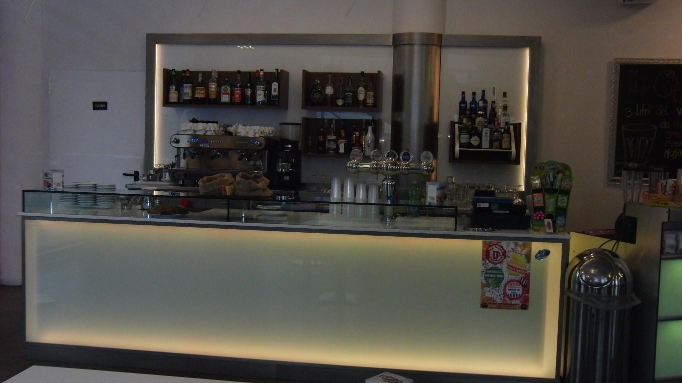 Foto del bancone illuminato con luce led bianca scattata al Crazy Cafè Restaurant a Bernareggio (Monza Brianza)
