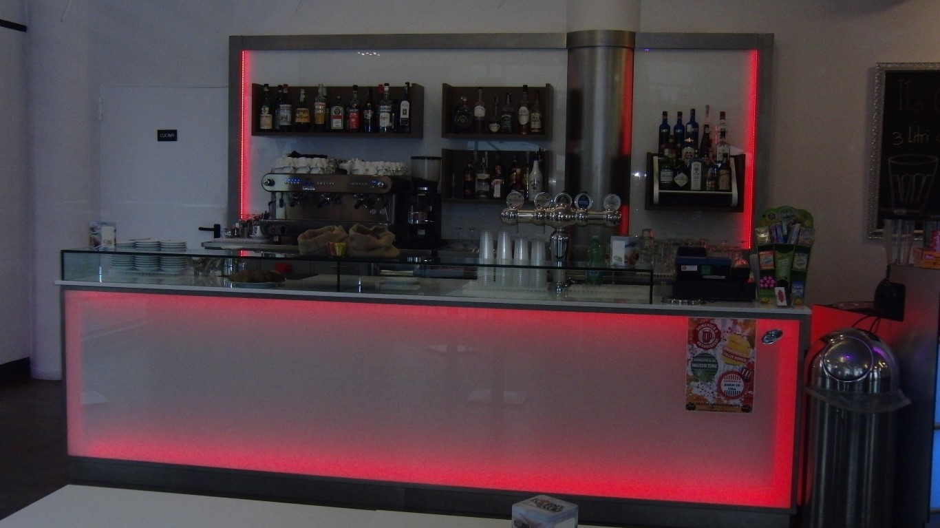 Foto del bancone illuminato con luce led rossa scattata al Crazy Cafè Restaurant a Bernareggio (Monza Brianza)