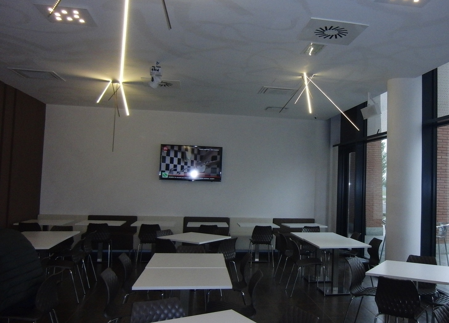 Foto della saletta interna con tavolini e sedie scattata al Crazy Cafè Restaurant a Bernareggio (Monza Brianza)