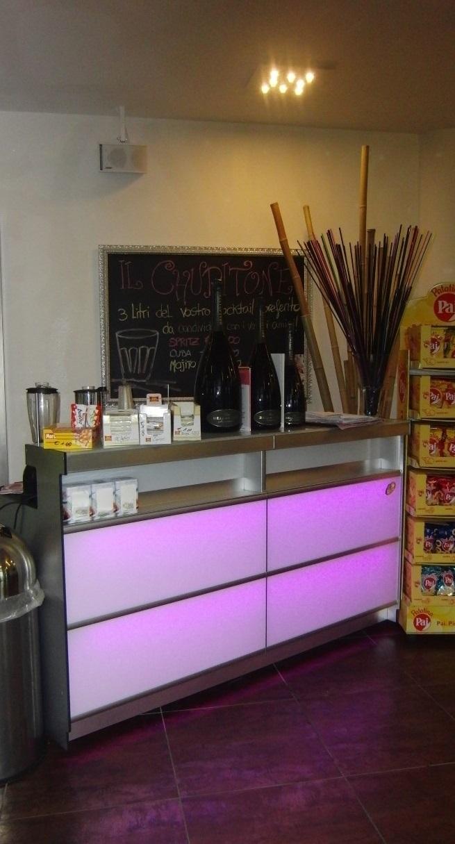 Foto del bancone del Crazy Cafè Restaurant a Bernareggio (Monza Brianza) con illuminazione led viola