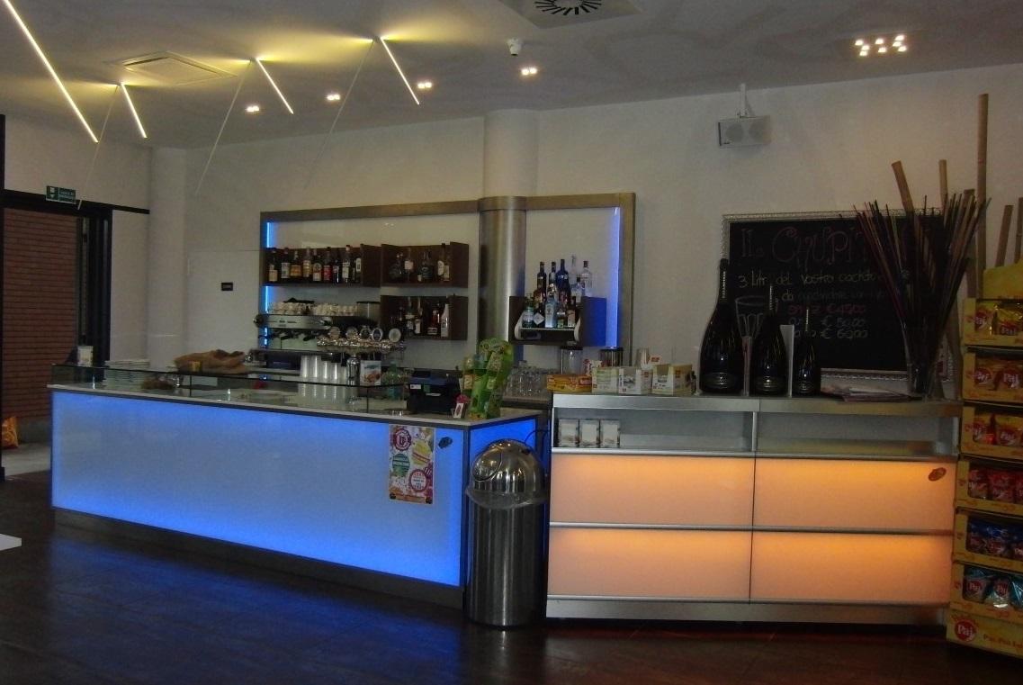Foto dei due banconi principali illuminati presso il Crazy Cafè Restaurant a Bernareggio (Monza Brianza)